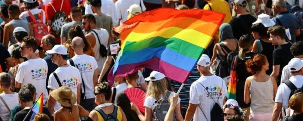 Estudiantes de Colorado organizan una protesta para apoyar al entrenador presuntamente obligado a dejar el trabajo por ser gay